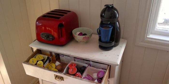 Vår Dolce Gusto kaffemaskin i spisestuen